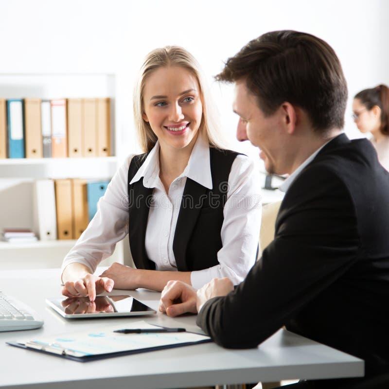 Executivos que trabalham em um escritório imagens de stock royalty free