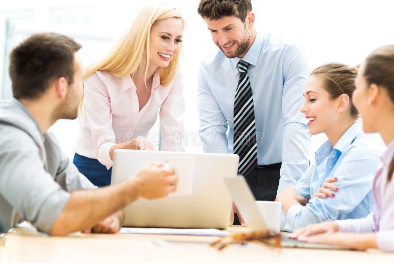 Executivos que trabalham em um escritório fotografia de stock