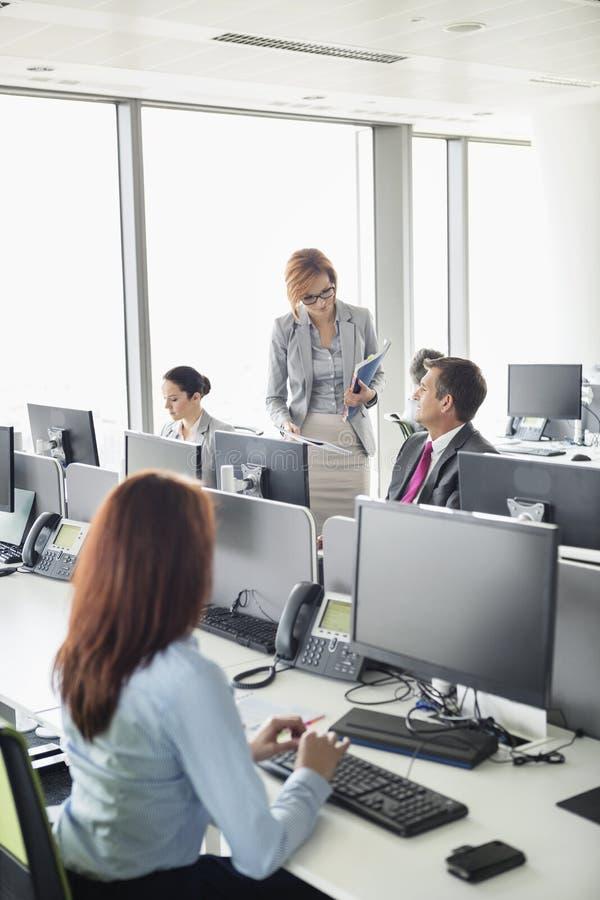 Executivos que trabalham em um escritório de plano aberto fotos de stock royalty free