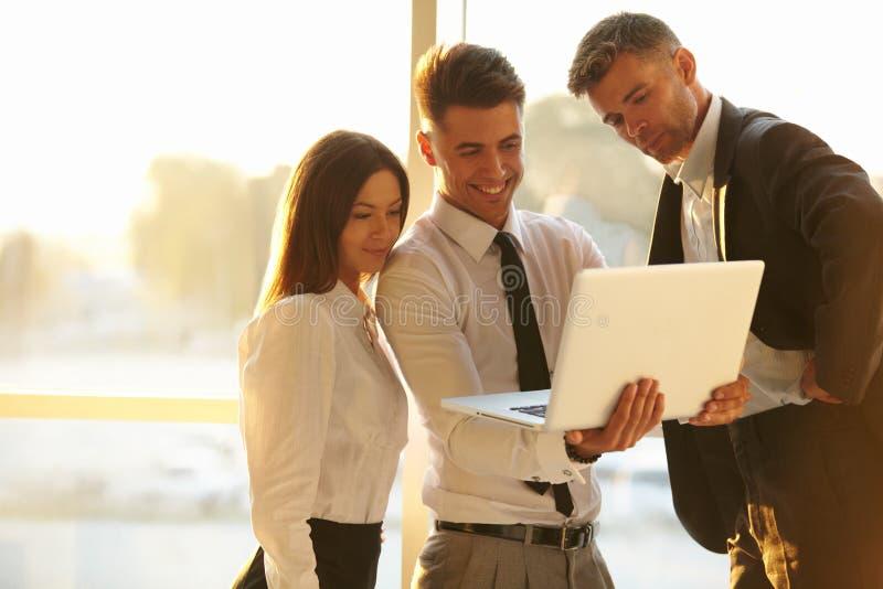 Executivos que trabalham em um portátil Team o trabalho foto de stock royalty free