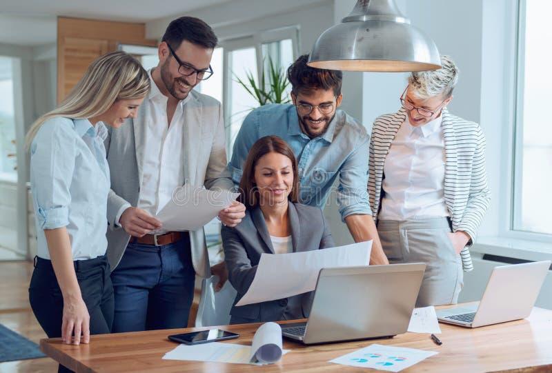 Executivos que trabalham junto em equipe fotos de stock