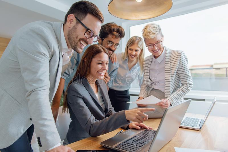 Executivos que trabalham junto em equipe imagens de stock royalty free