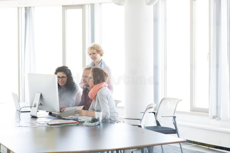 Executivos que trabalham junto no escritório imagens de stock royalty free
