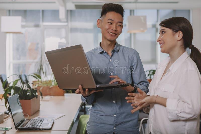 Executivos que trabalham junto no escrit?rio foto de stock royalty free