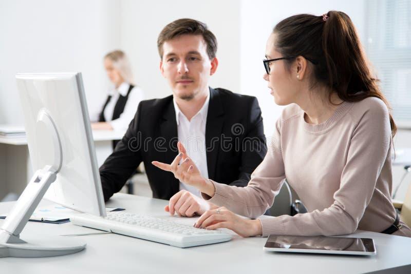 Executivos que trabalham junto no escrit?rio imagem de stock