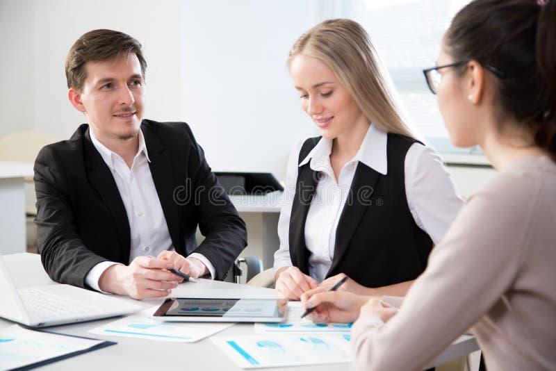 Executivos que trabalham junto no escrit?rio imagem de stock royalty free