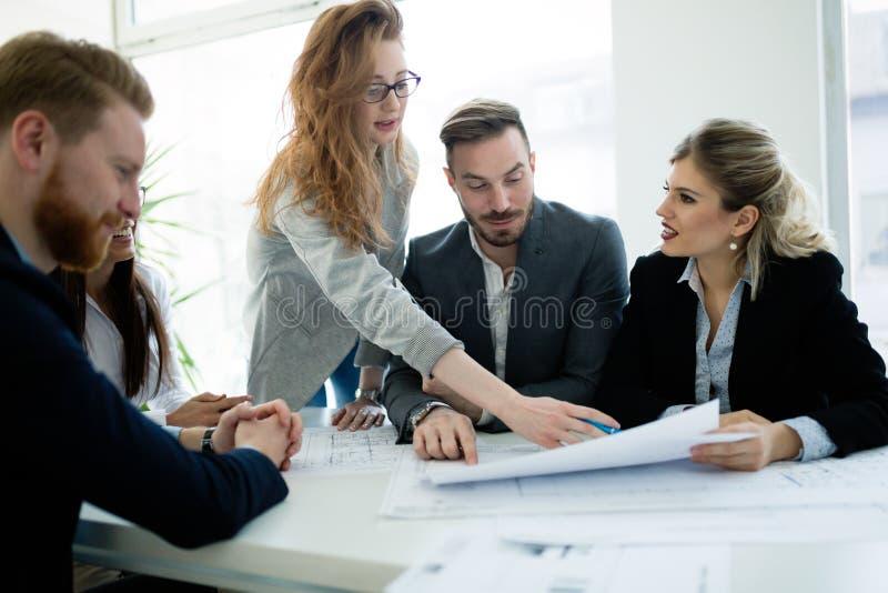 Executivos que trabalham junto no projeto e que conceituam no escrit?rio imagens de stock