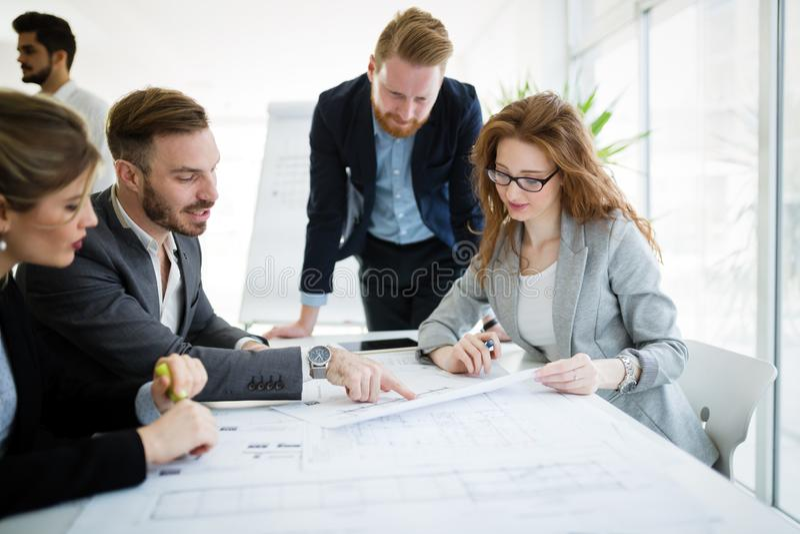 Executivos que trabalham junto no projeto e em conceituar imagens de stock