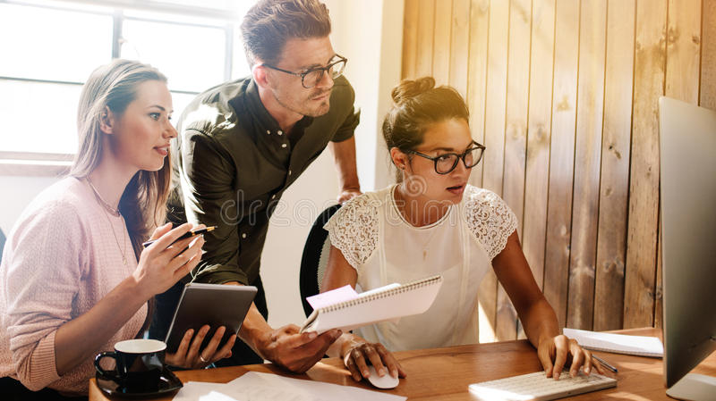 Executivos que trabalham junto no projeto no escritório startup fotos de stock royalty free