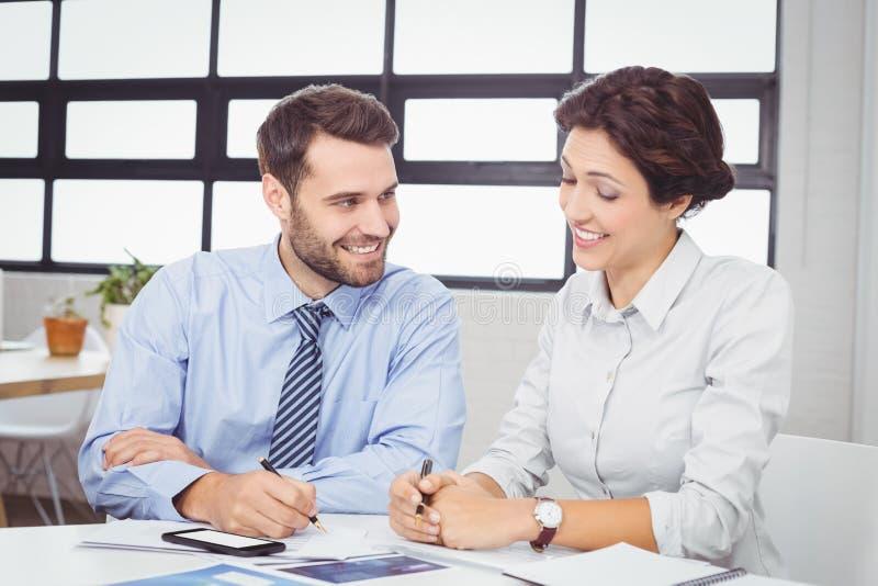 Executivos que trabalham na mesa imagens de stock royalty free