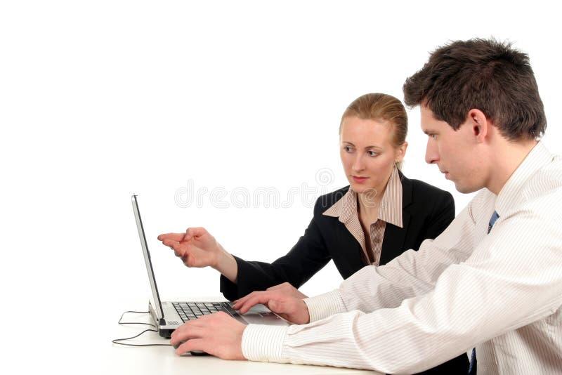 Executivos que trabalham no computador portátil