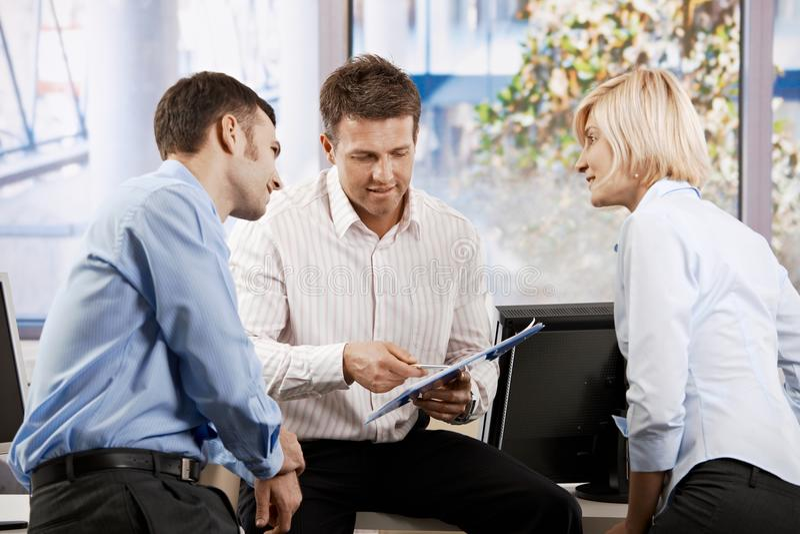 Executivos que trabalham no escritório foto de stock royalty free