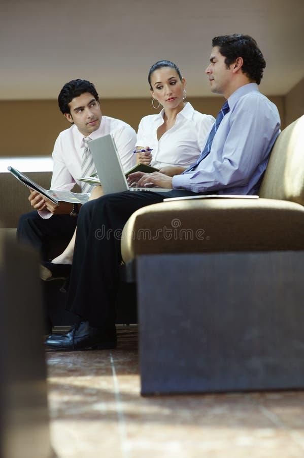 Executivos que trabalham no escritório imagens de stock