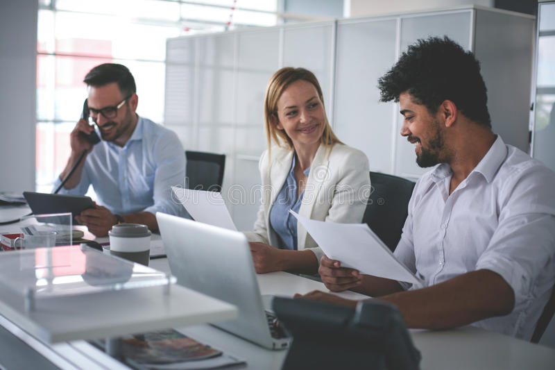 Executivos que trabalham no escritório fotos de stock