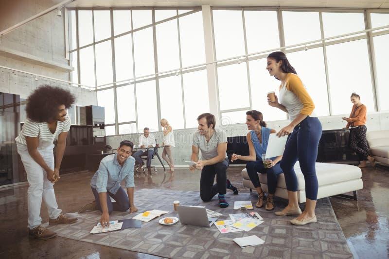 Executivos que trabalham no escritório criativo imagens de stock