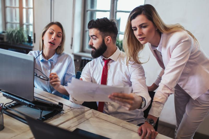 Executivos que trabalham no escritório e que discutem ideias novas imagens de stock