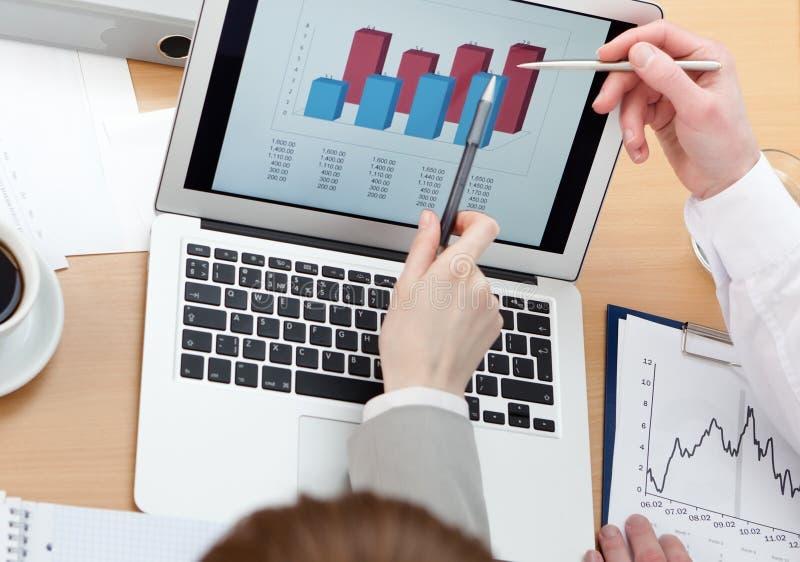 Executivos que trabalham no portátil imagens de stock royalty free