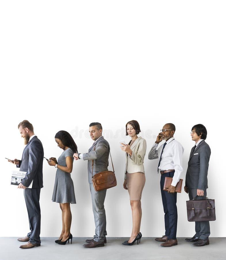 Executivos que usam o conceito das horas de ponta do dispositivo fotos de stock royalty free