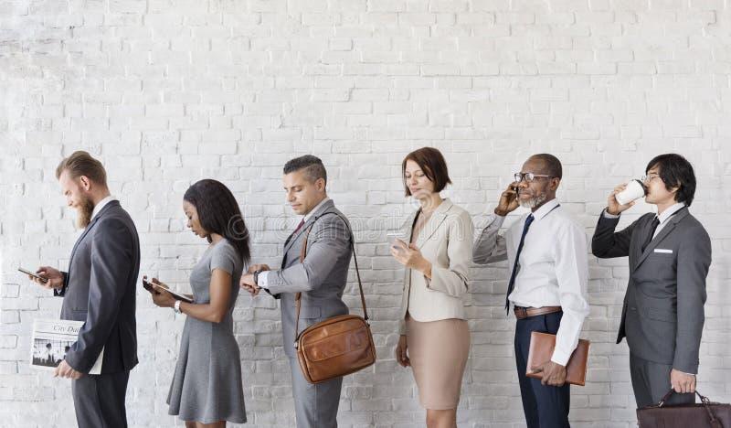 Executivos que usam o conceito das horas de ponta do dispositivo imagens de stock royalty free