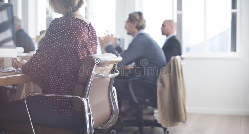 Executivos que usam o conceito de trabalho do computador imagem de stock