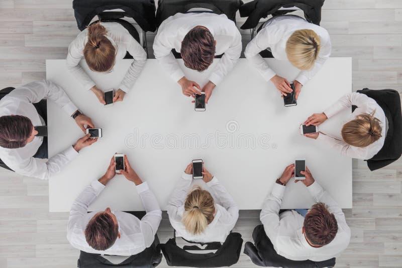 Executivos que usam smartphones imagens de stock royalty free