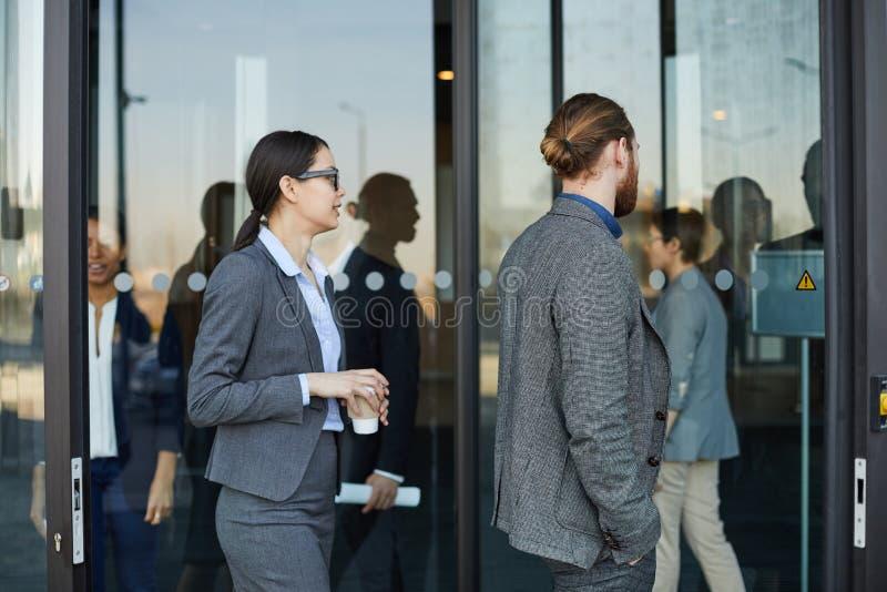 Executivos que vêm no centro de convenções imagens de stock royalty free