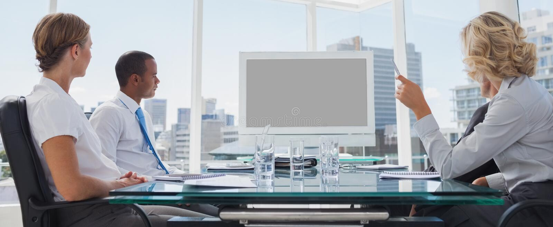 Executivos recolhidos durante uma videoconferência fotografia de stock royalty free