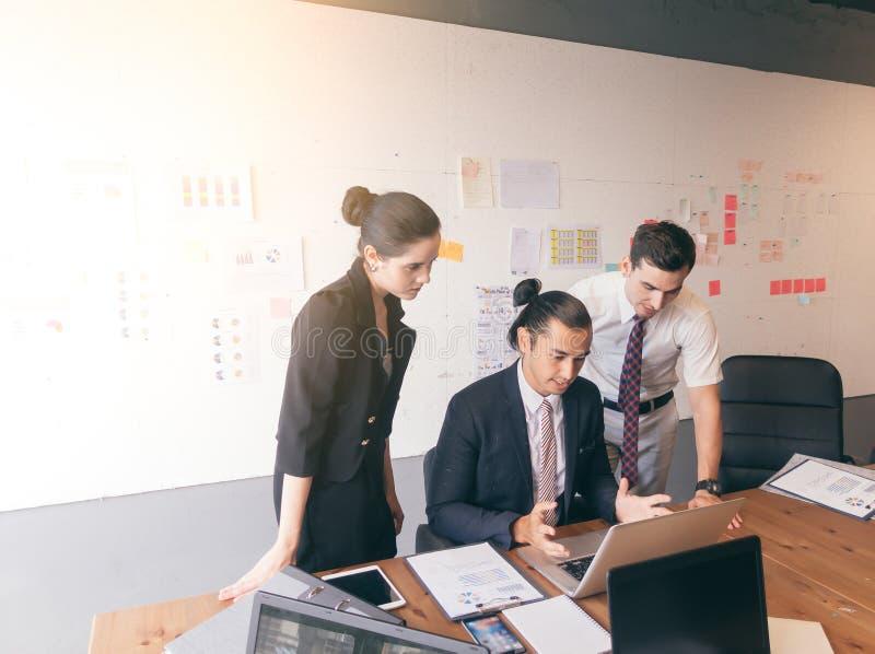 Executivos sérios que mostram o trabalho da equipe no escritório fotos de stock royalty free