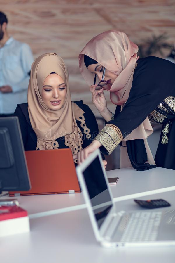 Executivos startup criativos novos na reunião no escritório moderno que faz planos e projetos fotografia de stock