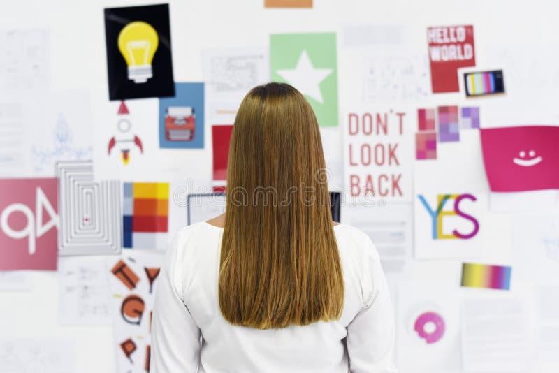 Executivos Startup que olham no Th da informação da placa da estratégia fotografia de stock royalty free