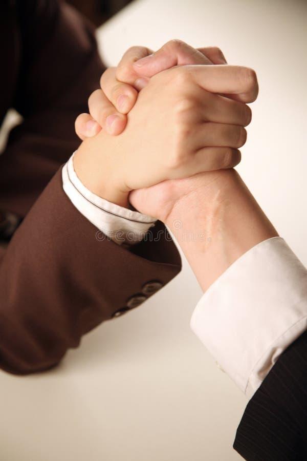 Executivos wrestling de braço fotografia de stock royalty free