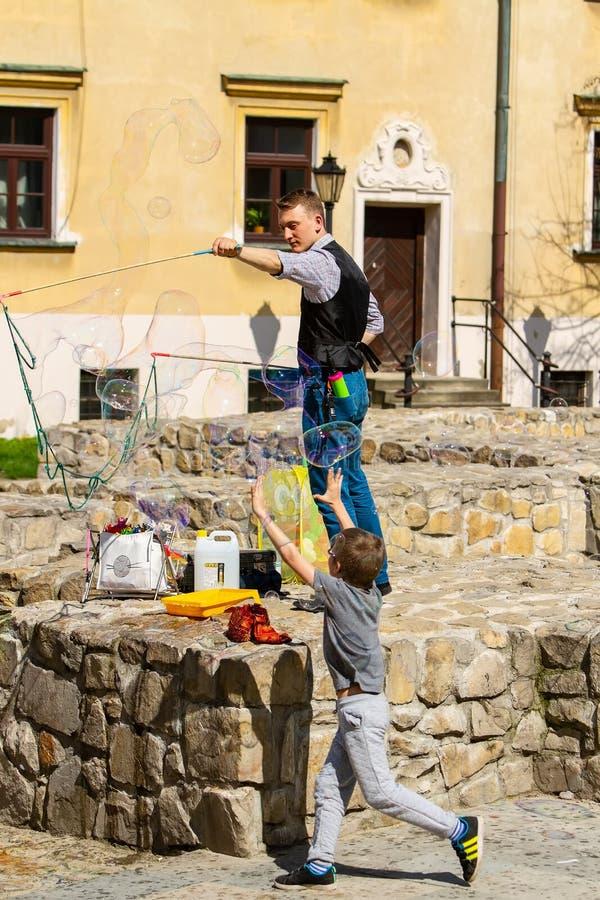 Executor da rua com bolhas de sabão fotos de stock