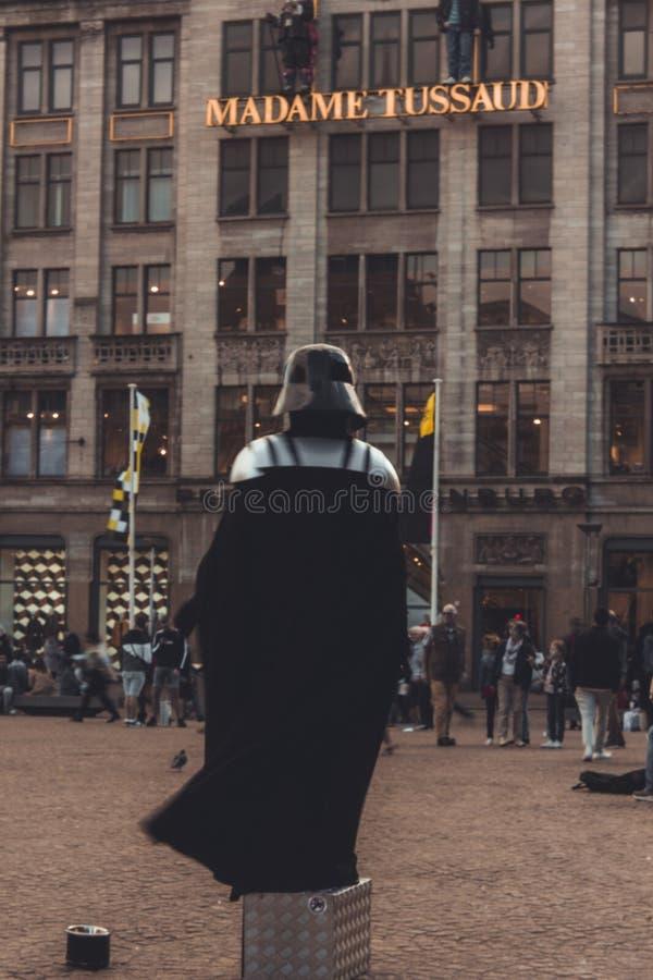Executor da rua da pernalta de Darth na frente da senhora Tussaud Museum em Amsterdão fotografia de stock
