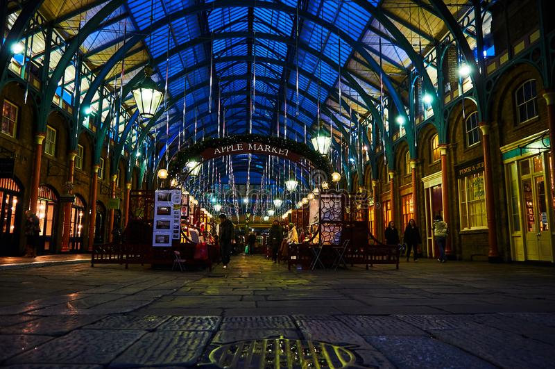 Executor de circo do jardim de Londres Covent na noite de baixo nível fotografia de stock royalty free