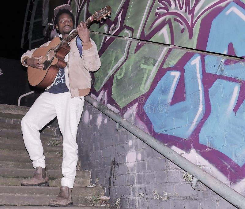 Executor/músico da rua em Londres urbana foto de stock
