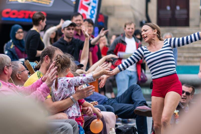 Executores da rua em Sheffield Tramlines 2019 para executar espetáculos ao vivo na cidade foto de stock royalty free