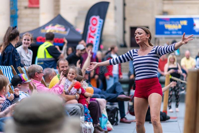 Executores da rua em Sheffield Tramlines 2019 para executar espetáculos ao vivo na cidade fotografia de stock royalty free