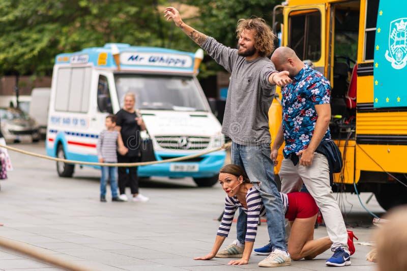 Executores da rua em Sheffield Tramlines 2019 para executar espetáculos ao vivo na cidade foto de stock