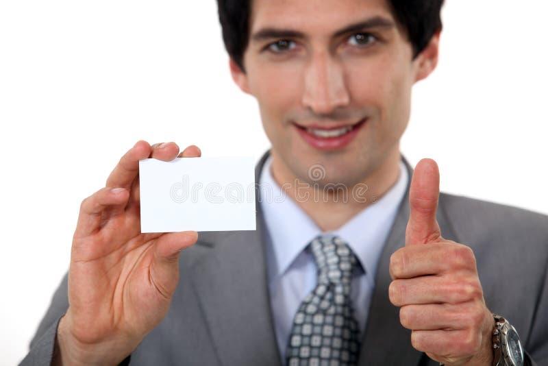 Exekutive, die eine Visitenkarte hält lizenzfreie stockfotos