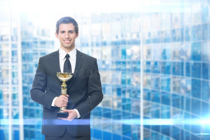 Exekutive mit goldener Schale stockfotos
