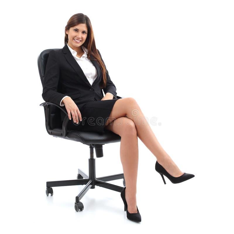 Exekutivgeschäftsfrau, die auf einem Stuhl sitzt stockbild