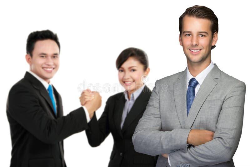 Exekutivmann mit Team am Hintergrund lizenzfreie stockfotografie