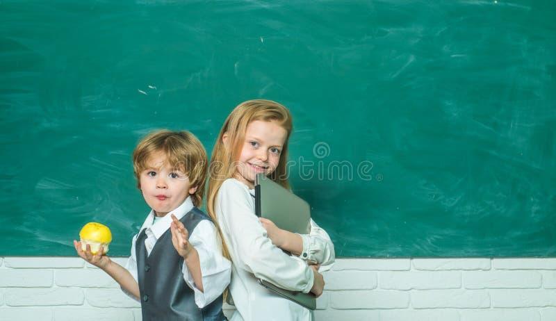 Exellent M?dchen und fauler Junge Freundliches und Freundschaftskonzept Zur?ck zu Schule und gl?cklicher Zeit Glückliche lächelnd stockfoto
