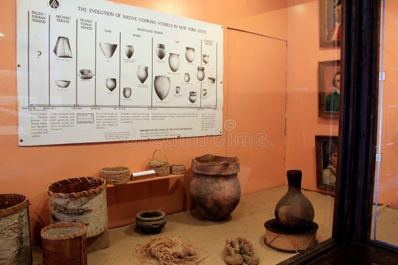 Exempel av indiankorgar och krukmakeri, statligt museum, Albany, 2015 royaltyfri fotografi