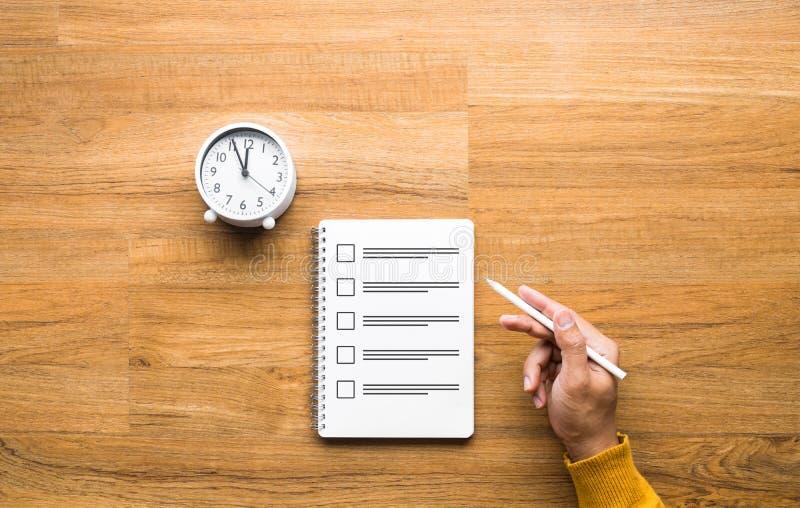 Exempel- och tidshanteringskoncept med handpenna och pappersark på bordet royaltyfri foto