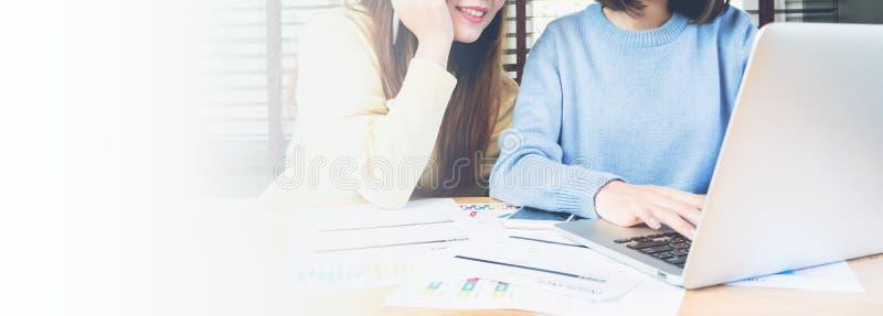 Exemplaar het ruimte jonge Aziatische onderneemster raadplegen bij vergaderingslijst in het bureau stock foto's