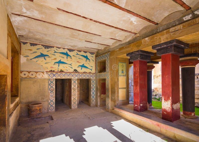 Exemplaren van fresko in een zaal bij het paleis van Knossos, beroemde oude stad in Kreta royalty-vrije stock afbeeldingen