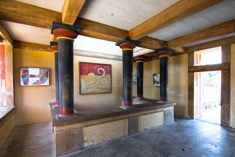 Exemplaren van fresko in een zaal bij het paleis van Knossos, beroemde oude stad in Kreta stock fotografie
