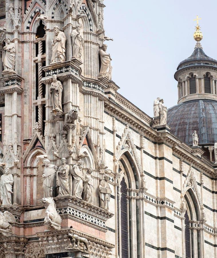 Exemple de l'architecture italienne du XIVème siècle, de la façade des Di Sienne de Duomo avec des sculptures et des soulagements photographie stock libre de droits