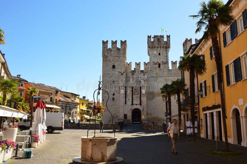 Exemplo raro do castelo de Sirmione Scaliger da fortificação medieval do porto, lago Garda, Itália fotografia de stock royalty free
